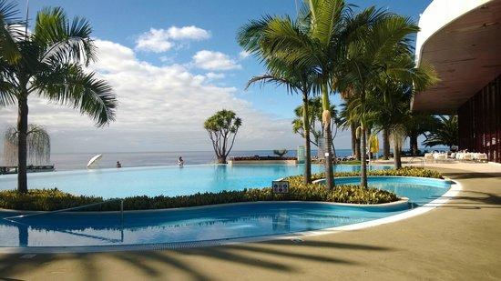 Pestana Casino Park : Piscina exterior y al fondo el Oceano Atlántico