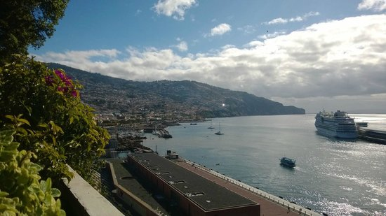 Pestana Casino Park : Vista de Funchal desde la piscina