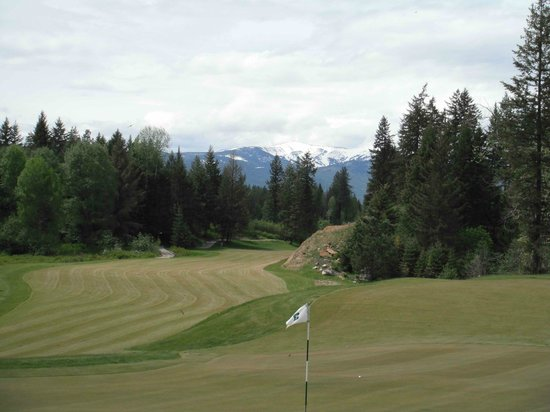 Hidden Lakes Golf Resort: In the spring you can still see snow on the ski slopes at Schweitzer Mountain.
