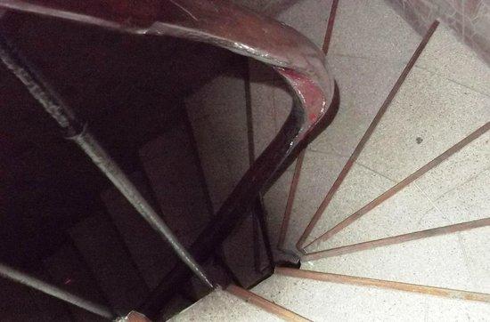 Hipotel Paris Bordeaux : Volée escalier (3° étage°) plusieurs barreaux enlevés