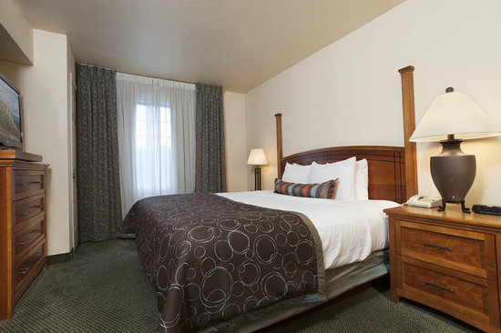 Staybridge Suites Denver-Cherry Creek: Plenity of room in our King Bedded Suites