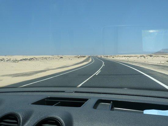 Suite Hotel Atlantis Fuerteventura Resort: carretera entre las dunas