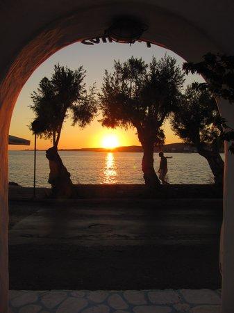 Alexandra's Rooms : Le coucher de soleil depuis l'entrée de l'hôtel
