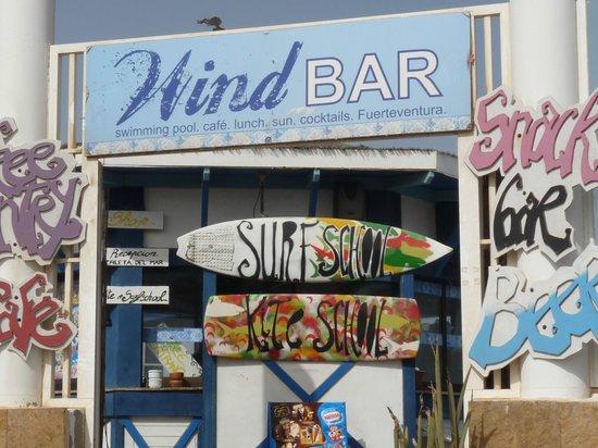 Suite Hotel Atlantis Fuerteventura Resort: este bar esta costeando desde la playa del hotel a las grandes dunas
