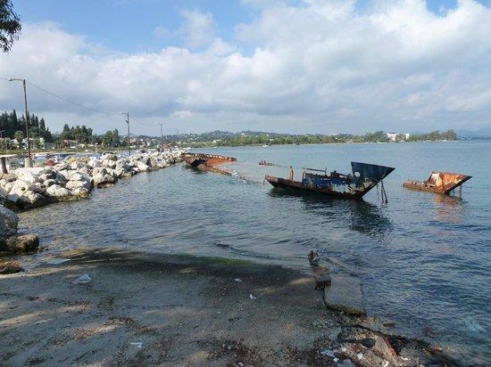 TUI FAMILY LIFE Kerkyra Golf: Rusty sunken boat in nearby port