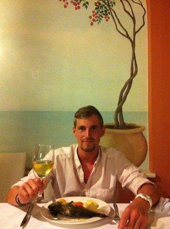 Delfino Blu Boutique Hotel: Dorade mit einem Glas Weißwein