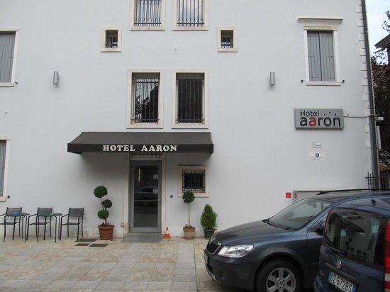 Hotel Aaron: Secondary entrance during day and night