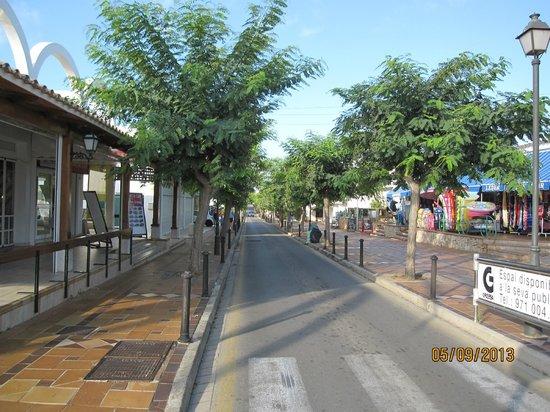 Inturotel Playa Esmeralda: Gatan med fina allén