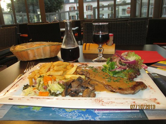 Le Cancaven : Steak and frites washed down with Merlot, nothing better!