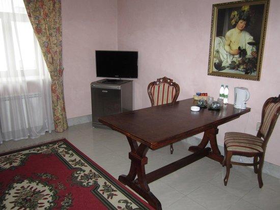Hotel Giuseppe: Samsung TV, fridge & sitting area