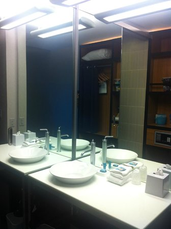 aloft Austin at the Domain: Bathroom