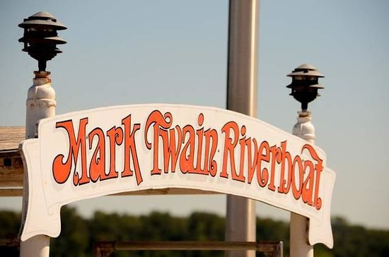 Mark Twain Riverboat Dinner Cruise: see the Mississippi River
