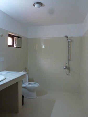 Ro-Chog Pel Hotel : Salle de bains avec douche et baignoire