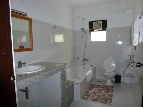 Ro-Chog Pel Hotel : Salle de bains pour chambre couple