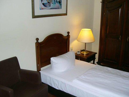 mehrere flecken an der tapete vermutlich insekten bild von hotel vier jahreszeiten binz. Black Bedroom Furniture Sets. Home Design Ideas