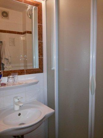 Hotel 16: Ванная комната