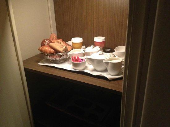 Hotel de la Tremoille: the 'sas' where you find your breakfast