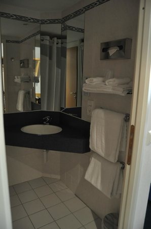 Holiday Inn Express Geneva Airport: Clean bathrooms