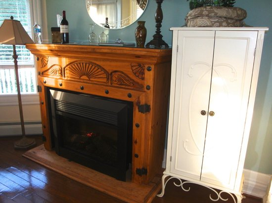 Andon-Reid Inn Bed and Breakfast: Fireplace in Mountain View Room