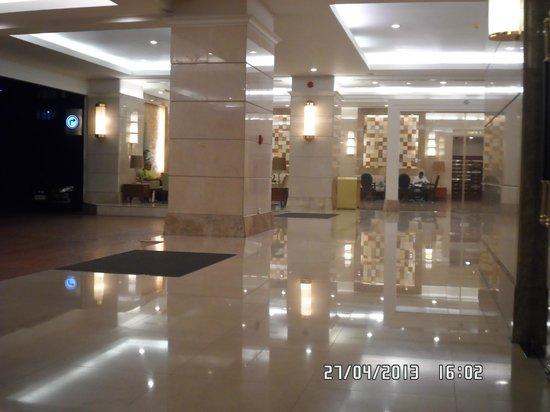 Centre Point Sukhumvit 10: холл