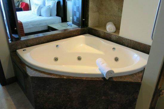Sunset Plaza Beach Resort & Spa : jacuzzi in room