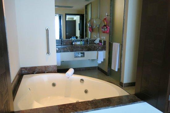 Sunset Plaza Beach Resort & Spa : bahtroom