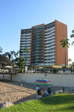 Sunset Plaza Beach Resort & Spa : hotel from pool