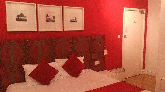 da Vinci Eastbourne: View of bed and doorway