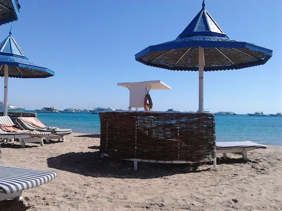 The Grand Hotel Hurghada: Lifeguard high seat (manned from 9am) in middle of beach, where the shallow water for kids is