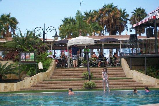 Gran Oasis Resort: Pool to bar area