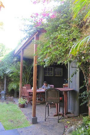 Paia Inn: coffee and breakfast areas