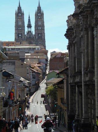 La Basílica del Voto Nacional desde una de las calles céntricas.