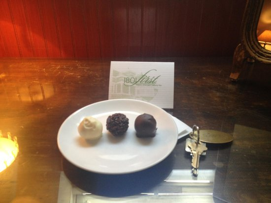 1801 First Luxury Inn : Complementary Truffles in the Room