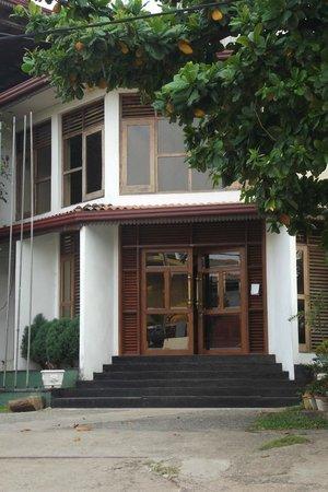 Comaran Beach Hotel: Центральный вход в отель