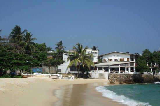 Comaran Beach Hotel: пляж и соседние отели