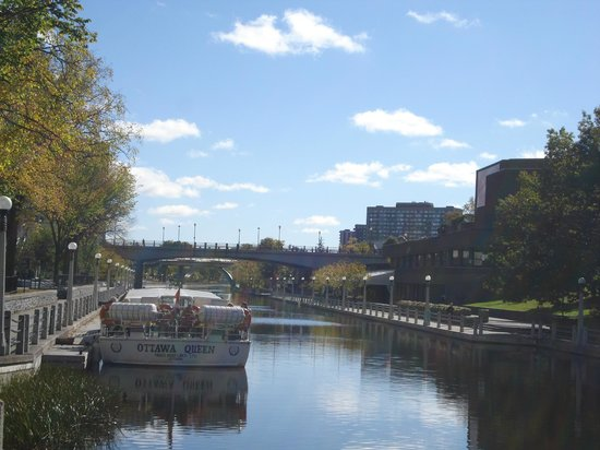 Paul's Boat Lines : Rideau Canal with boat