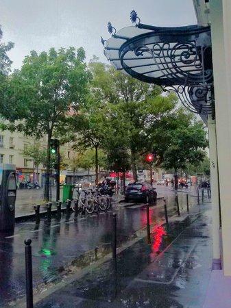 Hotel Printania Temple : Vue de la fenetre sous la pluie