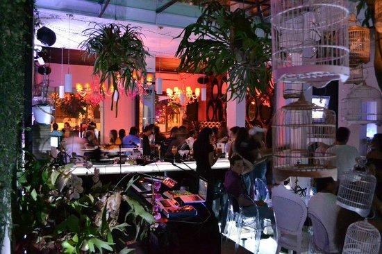 Roset Restaurante y Gin Bar: Interior con diferentes ambientes