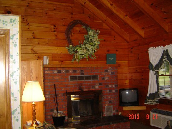 Smoke Hole Caverns & Log Cabin Resort: Living Room