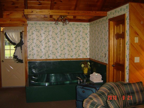 Smoke Hole Caverns & Log Cabin Resort: Jacuzzi tub