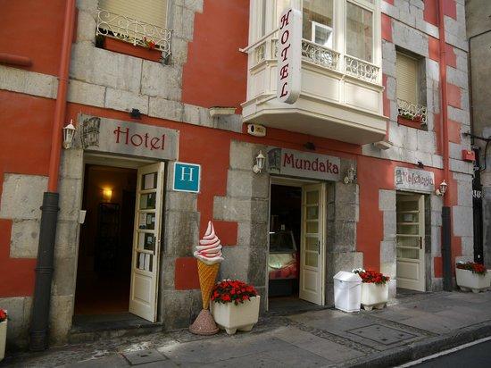 Eco Hotel Mundaka: View to the hotel from the street