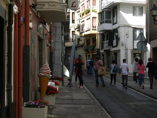 Eco Hotel Mundaka: Florentino Larrinaga street and the hotel