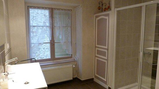 Le Puits Fortifié : La salle de bain commune à 2 chambres