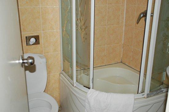 Belfort Hotel: Douche bouchée et pas de tapis de bain