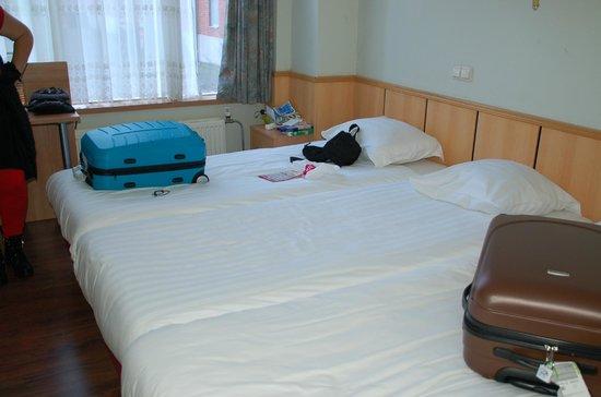 Belfort Hotel: 3 lits côte à côte pas d'espace entre