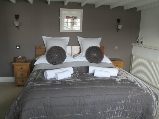 3 Pen Cei Guest House: Huge Bed..