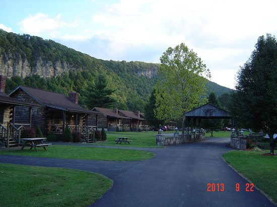 Smoke Hole Caverns & Log Cabin Resort: Cabin area