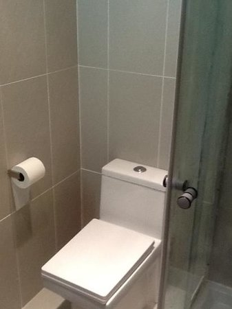 Baltimore Hotel: shower and toilet on suite