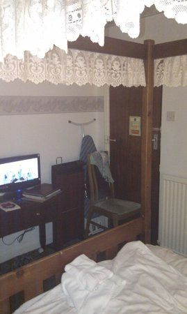 New Guilderoy Hotel Blackpool: Room clutter