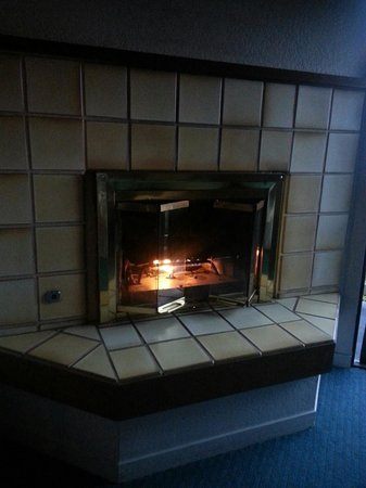 Cannery Row Inn: Cozy fireplace in Room 112